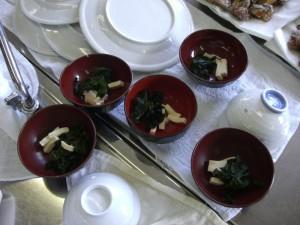 ワカメと豆腐も入り、お味噌汁の準備完了!